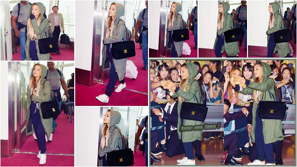 """'""""13.06.16'''' ─ Ariana Grande a été aperçue arrivant à l'aéroport Haneda de Tokyo, qui se situe donc au Japon. Ariana a privilégié une tenue hyper décontractée histoire d'être à l'aise durant le voyage, ce qui est plutôt logique. Vous en pensez quoi ? Un TOP ? [/alig fen]"""
