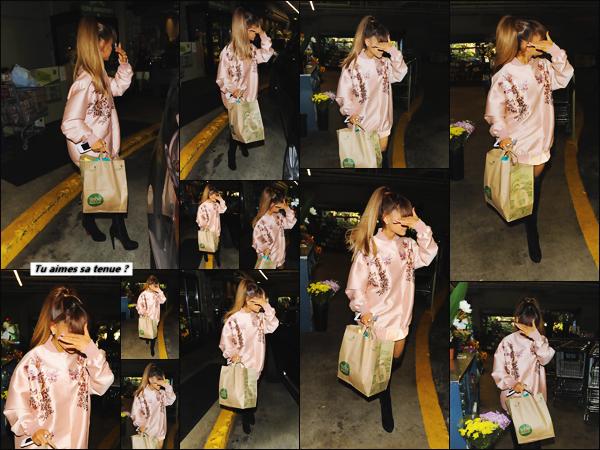 """'""""02.08.16'''' ─ Ariana a été photographiée à la sortie du Whole Foods qui se situe dans la ville de Beverly Hills. Après avoir fait quelques courses, notre jeune chanteuse de 23 ans a été éblouie par les flashs des pap's qui l'attendaient à la sortie du supermarché ![/alig fen]"""