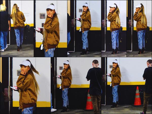 """'''""""27.08.16'''' ─ Miss Ariana a été vue en compagnie de Mac Miller, une fois de plus, dans les rues de  New-York. L'interprète de """" Dangerous Woman """" a opté pour une tenue décontractée avec une touche de glamour, en portant une paire de chaussures à talon ![/alig fen]"""