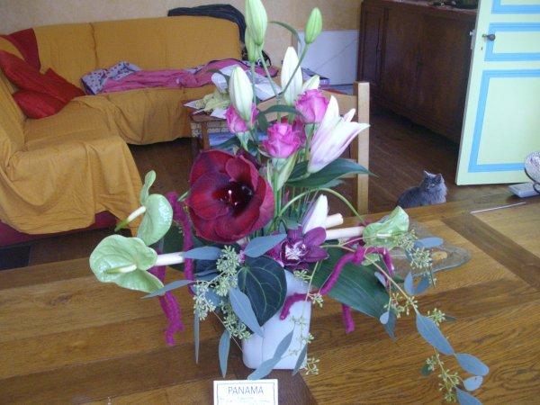 c'est l'anniv de Liz ,elle a reçu cette jolie composition par interflora ( 2 amis de   facebouc )