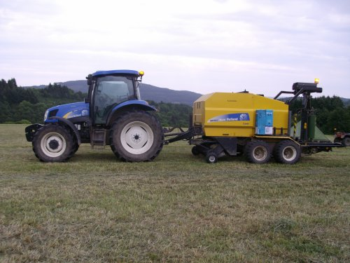 NEW HOLLAND TS110A AVEC PRESSE NEW HOLLAND BR560A
