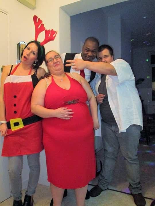 Moi en rouge avec la soeur mon fils et mon cooain