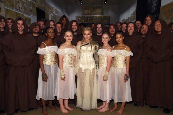 Madonna s'est rendu au Met Gala le 7 mai. Elle portait une tenue Jean Paul Gauthier.