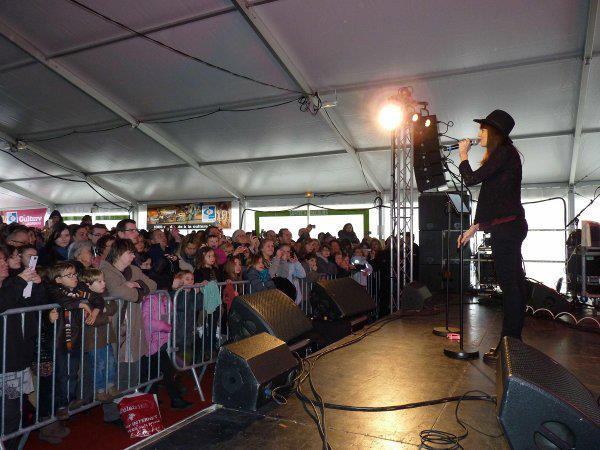showcase de landerneau le 02 mars 2013 ! j'y étais elle a chanté : davy jones, ophélia, ahes, sixième continent, d'emeraude et juste pour me souvenir.