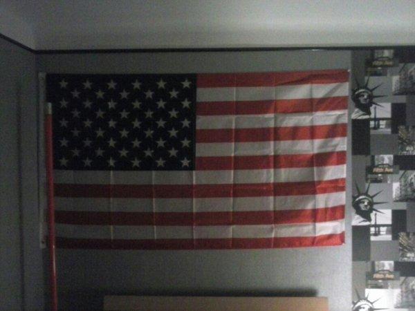 Enfin ce drapeau venant de ny est accrocher au dessus de mon lit