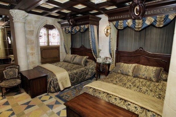 Saviez vous qu'à Disney World en Floride, vous pouvez séjourner dans la Cinderella's Suite dans le Château de Cendrillon ?