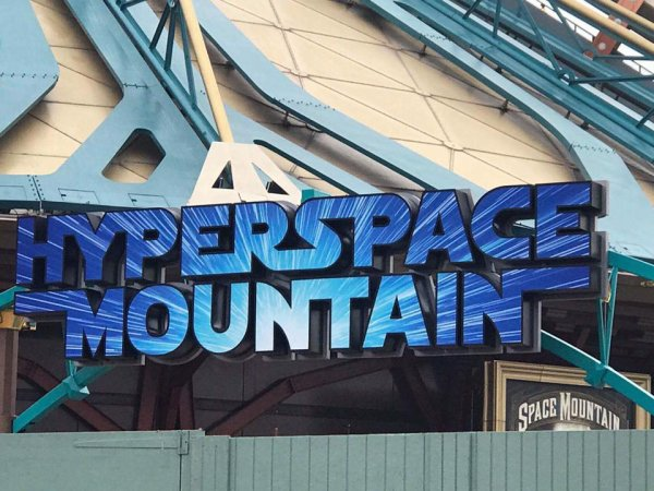 Space Mountain: Mission 2 qui va devenir HyperSpace Mountain: Rebel Mission en mai prochain.