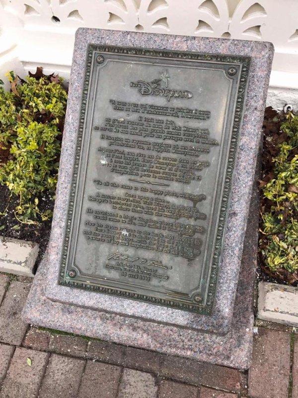 Revenons un instant sur le Gazebo de Town Square qui sent bon le neuf et sur cette plaque dévoilée il y a presque 25 ans qui nous rappelle tout le chemin parcouru depuis avec ses hauts et ses bas mais toujours avec la Magie dans le c½ur.