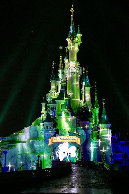 """Le Château de la Belle au Bois Dormant se met ce soir aux couleurs de la Saint-Patrick. Commentez """"🍀"""" si vous aimez !"""