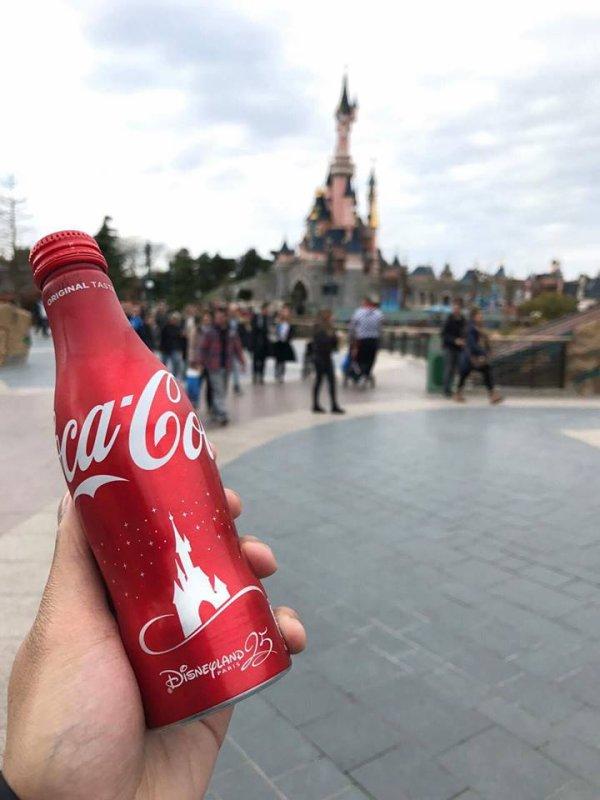 A l'occasion des 25 ans de Disneyland Paris , Coca-Cola propose une bouteille à l'effigie des 25 ans en vente sur le parc au prix de 3¤99. Ainsi qu'un pack Collector limité à 500 exemplaire à 35¤  Qu'en pensez-vous ?