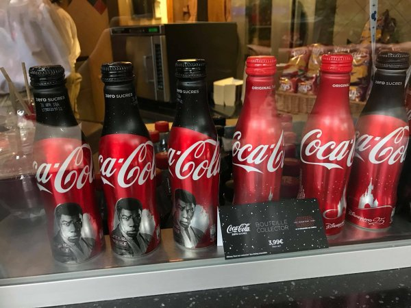 De nouvelles bouteilles de Coca-Cola collector Star Wars : Les Derniers Jedi sont vendues à Disneyland Paris.