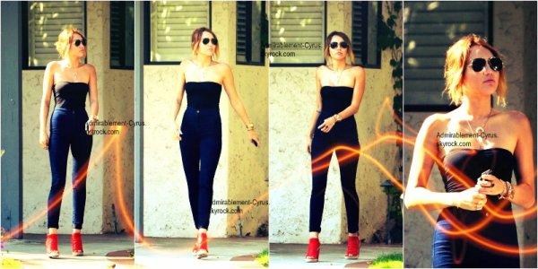 13/05/2012 - Pour la fête des mère aux Etats-Unis, Miley a passé la journée avec sa maman Tish et sa grande soeur Brandi. Elle ont d'abord été vues sortant du Coffee Bean à Los Angeles (CA). Brandi n'apparaît pas sur les photos. GROS TOP pour la tenue
