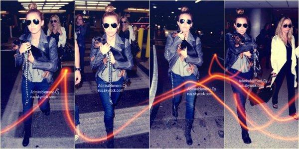 14/05/2012 - Miley arrivant à l'aéroport de Los Angeles, LAX (CA) direction Miami aux côtés de sa grande soeur Brandi, de sa maman, Tish et son chien Happy.  TOP pour la tenue   Nous savons que Miley Ray Cyrus se rend à Miami mais nous savons pas pourquoi. Miley sera présente au Billboards Awards 2012 à Las Vegas, le 20 mai prochain mais elle fera d'abord un détour pas Los Angeles