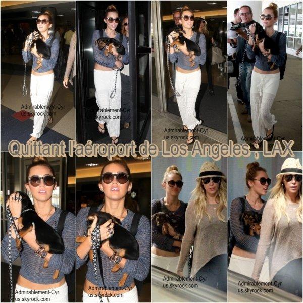 18/05/2012 - Miley's Family quittant leur hôtel à Miami Beach (FL) pour aller à l'aéroport.  TOP pour la tenue. L'ensemble va bien ensemble.   Encore une fois, Miley s'arrête voir ses fans. On l'arrêtera donc pas Miley.