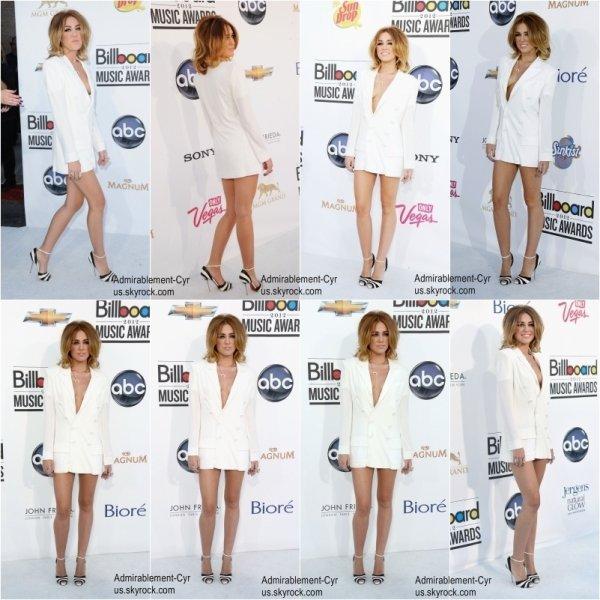 20 MAI 2012 - Cérémonie des Billboards Awards 2012   Miley est super sexy. La robe est très belle & les chaussures top. Le tout est...  WAHOUUUU. Elle portait un robe Jean Paul Gaultier avec des chaussures Christian Louboutin et des bijoux Jacqui Aiche.