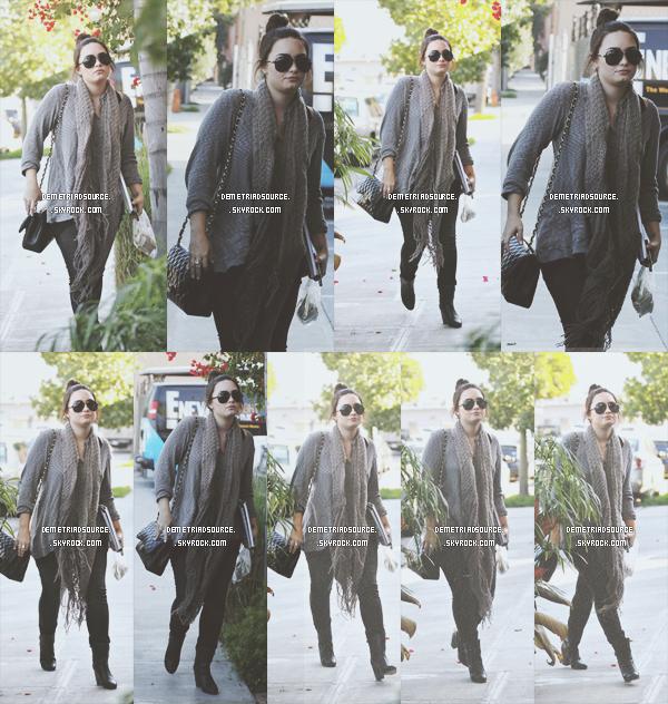 . 08.01.13: Demi a été vue alors qu'elle arrivait a un Studiod'enregistrement a L.A. Elle est vraiment magnifique, j'adore sa tenue c'est simple et magnifique un gros TOP. .