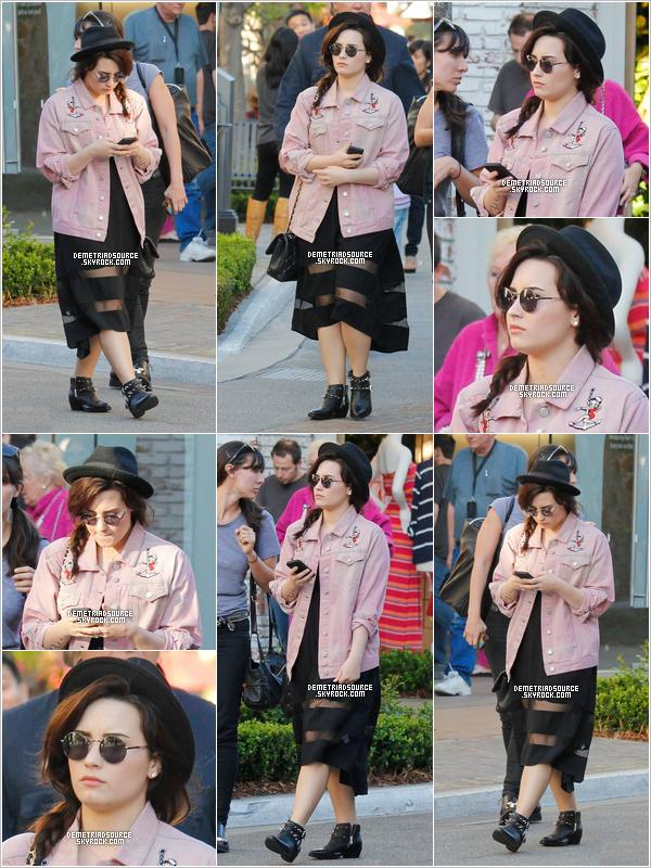 . 12.03.13: Notre belle Demi a été apercue près du Grove a Los Angeles, Californie. Elle est magnifique, j'adore sa coiffure ses lunettes, son chapeau et sa veste.Pour a robe j'aime pas du tout un Bof pour moi. .