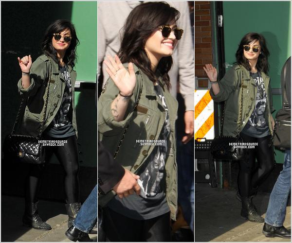. 10.04.13: Demi a été vue arrivant aux studios de Good Morning America a New York. Je la trouve très belle et toute mignonne avec son horrible bonnet xD Sinon j'adore sa tenue un jolie top. .