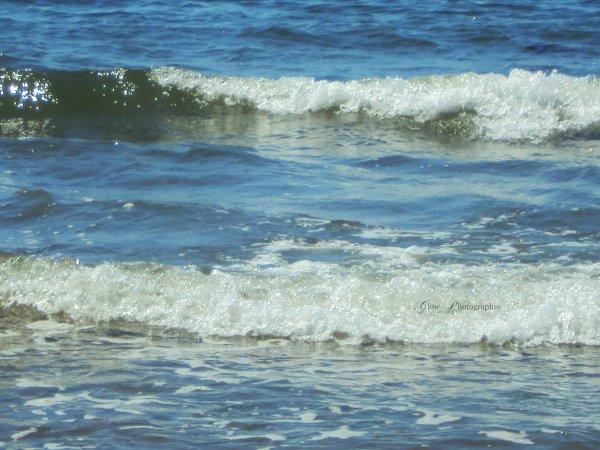 « La plage est une étendue de sable où les enfants font des pâtés et où les mères font des boulettes. »