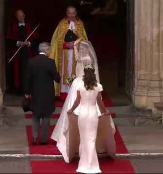 kate rentrant à l'abbaye au bras de son père