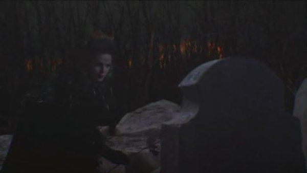 regina depose une rose noir sur la tombe de son pere <3
