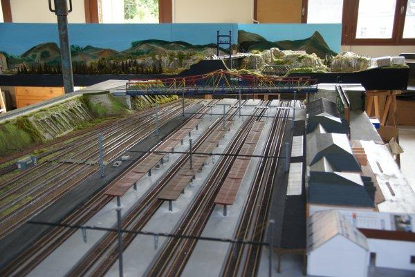 Suite de la gare de Vierzon (La gare est faite en carton plume, calendrier de bureau et le toit en papier Canson)