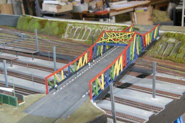 Suite ( le pont est fait en vieux rails de récup.)