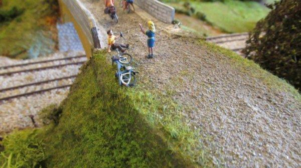 Cyclisme ayant bu un peu trop de bière se retrouve à terre avec son épouse qui le sermone