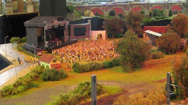 Spectacle au bord du Cher avec avec les Gilets Jaunes à l'entrée avec les Gendarmes. 2200 spectateurs devant la scène