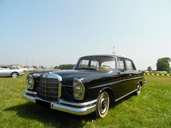 MERCEDES 220 S BERLINE A AILERONS (1960-1965)  RASSEMBLEMENT MENSUEL DE CHANTILLY (OISE) 2018