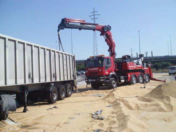 TRAILER VOLCADO EN N-340 COMA-RRUGA