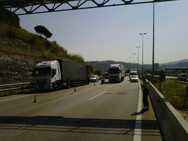 ACCIDENTE AP7 ENTRE 2 TRAILERS Y UN AUTOCAR....