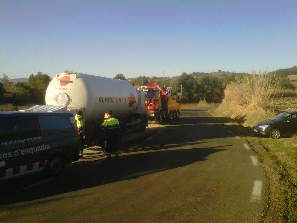 Accidente entre turismo y camión cargado de gas....