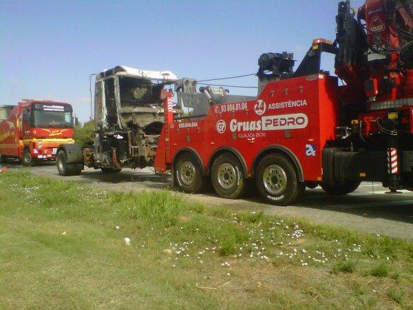 TRAILER QUEMADO EN N-340 EN RODA DE BARÁ (TGN)
