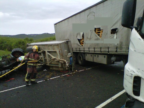 ACCIDENT GREU ENTRE TRACTOR I TRAILER A LA C-15