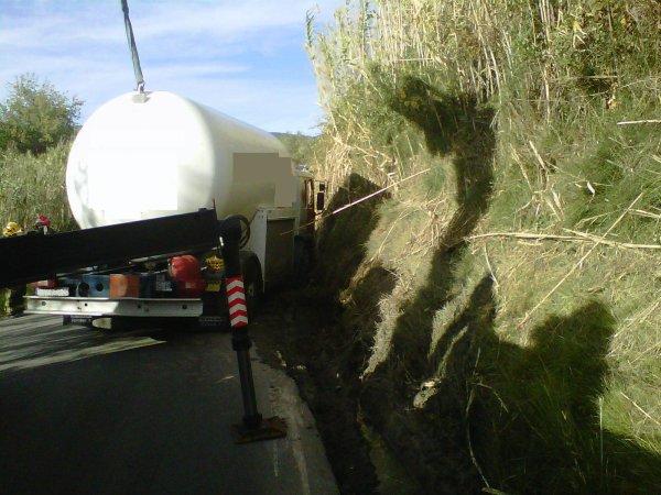 CAMION DE GAS SEMIVOLCADO EN FONT-RUBI (ALT PENEDES) 05-11-2012
