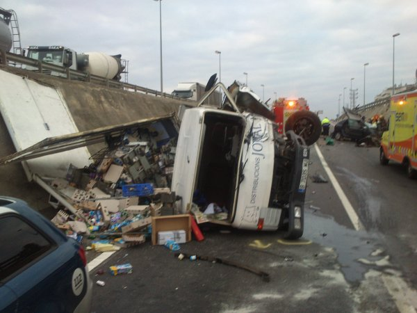 Accident greu entre camió i turisme a Coma-ruga 11-12-2013