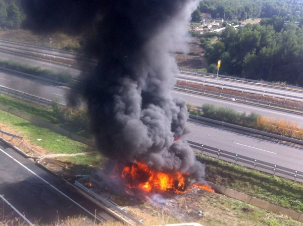 ACCIDENTE CON INCENDIO EN C-32 VILANOVA   SIN HERIDOS..