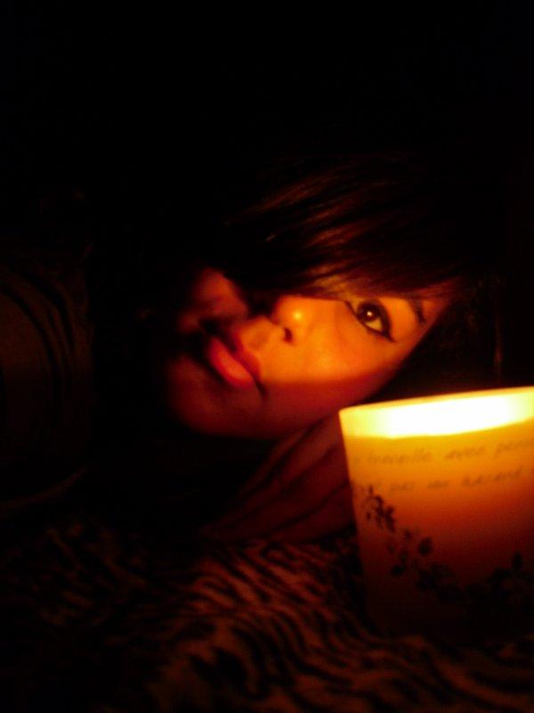 SKYROCK PRÉSENTE ©   à l `ancre de mes larmes ! _______________________ ...............................................Avec le sourire au coin des larmes .   J'ai le sourire au coin des larmes quand je m'isole dans le noir, mon sourire s'efface pour faire place a mes larmes.  . QUE TU ENTENDE MES LARMES.