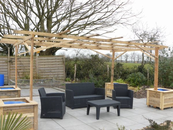 pergola et cache pots en palette blog de peintureetbois. Black Bedroom Furniture Sets. Home Design Ideas