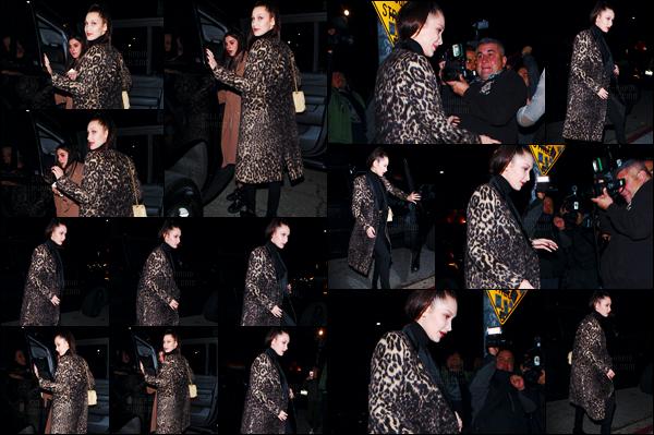 19/02/16 - Isabella Hadid a été photographiée en quittant « The Nice Guy » dans le quartier de West Hollywood[/s#00000ize]La jeune femme a opté pour un long manteau à imprimé léopard pour cette soirée entre copines ! Bella affiche son sublime sourire face aux objectifs ![/alig fen]