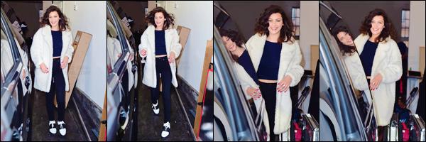 - 12/04/16 - Bella Hadid a été photographiée alors qu'elle quittait un set de Photoshoot, dans New-York City.La jeune mannequin a donc réalisé un photoshoot, mais nous n'avons aucune information à ce propos ... En tout cas, elle était magnifique en sortant !-