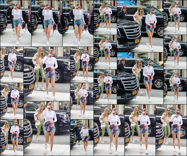 - -'27.07.17'-''─''Bella Hadid quittait l'appartement de Gigi Hadid, pour se rendre chez Yolanda, dans Manhattan.[/s#00000ize]Après son arrivé à l'appartement de sa grande s½ur, les deux Hadid ont été aperçues en quittant le logis pour se rendre chez leur mère, avec leur frère ! -