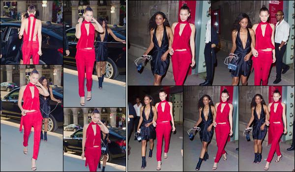- 08/07/16 ─ Miss Bella Hadid a été photographiée alors qu'elle se rendait au restaurant « Loulou » dans Paris.C'est dans une magnifique tenue, une combinaison toute rouge que Bella a été vue allant dîner avec une amie. J'adore cette tenue, un gros top pour moi.-