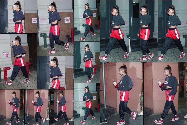 - -'26.07.17'-''─''Toujours avec ses amis, miss Bella Hadid quittait le commerce « Nike x Kith » à New York City ![/s#00000ize]Un énième changement de tenue pour Bella ce jour-là : néanmoins, je n'adhère pas du tout à celle-ci, que je n'aime vraiment en aucun point... Gros flop. -