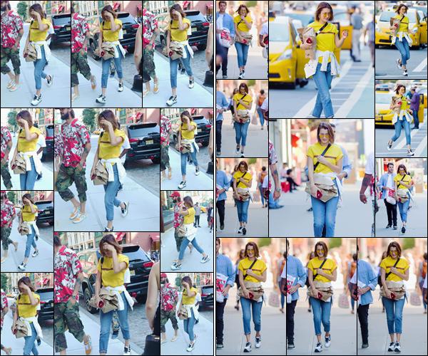- -'26.07.17'-''─''Bella Hadid se dirigeait une énième fois vers l'appartement de sa s½ur Gigi Hadid à Manhattan.[/s#00000ize]Un peu de couleur dans cette tenue qui est toute autre que les précédentes ensembles de sport qu'elle a pu porter depuis ces nombreux derniers jours... -