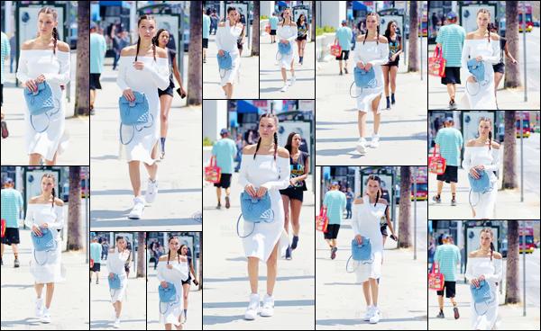 - 03/08/16 ─ Miss Bella Hadid a été photographiée alors qu'elle se promenait dans les rues dans Los Angeles.C'est une Bella rayonnante que nous retrouvons ! Gros coup de coeur pour sa tenue, même si les baskets avec la robe, c'est bof ... J'adore la coiffure !-