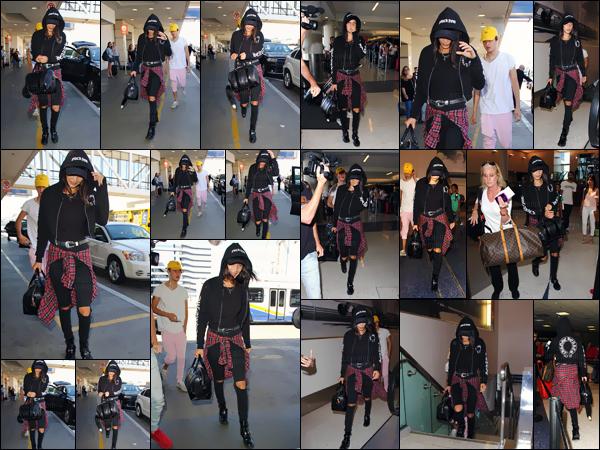 - 17.08.16-─' Bella Hadid était de retour à l'aéroport international de « LAX » dans la ville de Los Angeles, en CA ![/s#00000ize]Après une petite escapade dans les îles Turques pour le dix-neuvième anniversaire de Kylie Jenner - la brunette et son petit frère sont de retour aux US.  -