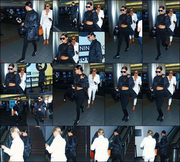 - 04.09.16 '─ Bella Hadid arrivait à l'aéroport international de « LAX » en compagnie de sa mère, à Los Angeles ![/s#00000ize]C'est encore une fois dans un look total black, que nous retrouvons la jeune mannequin dans l'un des plus grands aéroports, de tous les États-Unis ...  -