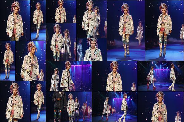 - 15.09.16'─'B. Hadid défilait pour la marque de haute couture « Marc Jacobs » à la Fashion-Week de New-York ![/s#00000ize]Encore une fois, c'est aux côtés de son amie Kendall Jenner ou encore Karlie Kloss que notre brunette a défilé dans une tenue assez loufoque... Un bof. -